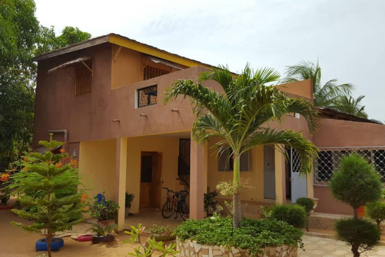 La maison familiale est située à Ndangane.