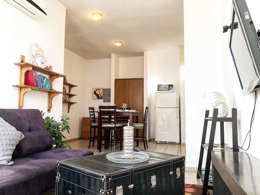 n this apartment you are in the heart of downtown. Right outside of your door are the best restaurants and attractions. Cable TV, 20 MGb internet Connection and a comfy spacious place is all you need. Netflix and more.
