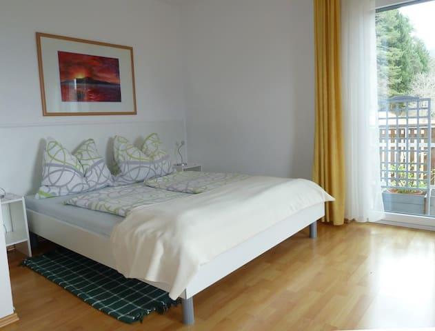 Doppelbett im Wohn- und Schlafraum. Ausgang auf den Süd-und Ost-Balkon mit Blick Richtung Berge (Karawanken).