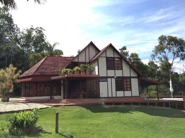Cabaña en la naturaleza con jacuzzi - Amaga - Alojamento ecológico