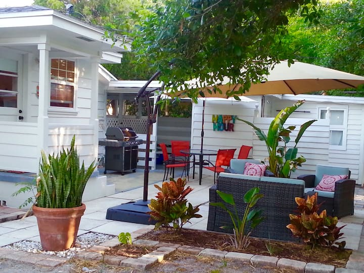 Downtown Bungalow...Beaches- Restaurants- Cafes!
