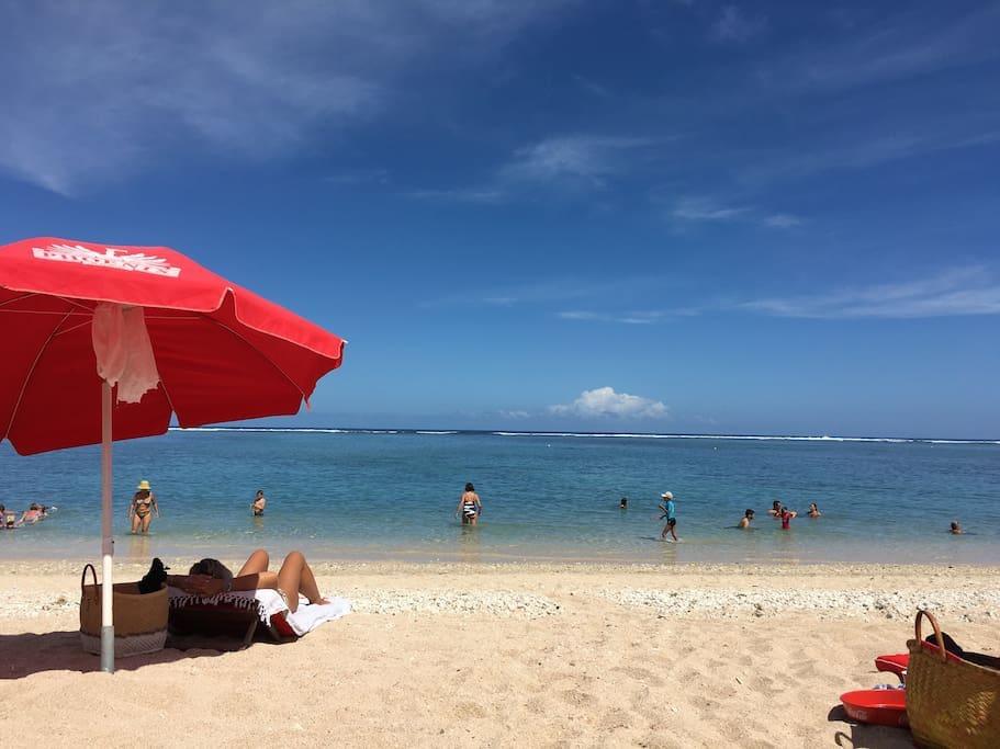 La plage située juste en face de l appartement.