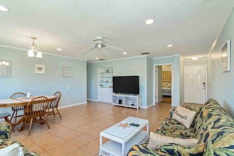2 bd condo right in the heart of Destin.  Sleeps 6