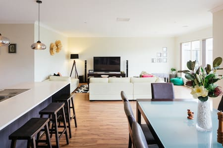 Éxperience contemporay living space - Tarneit - 独立屋
