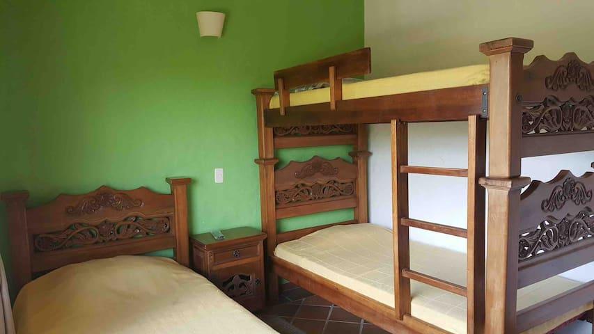 Habitación 2 dotada de un camarote y una cama sencilla