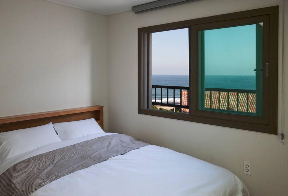 창문 넘어에 푸른 바다가!