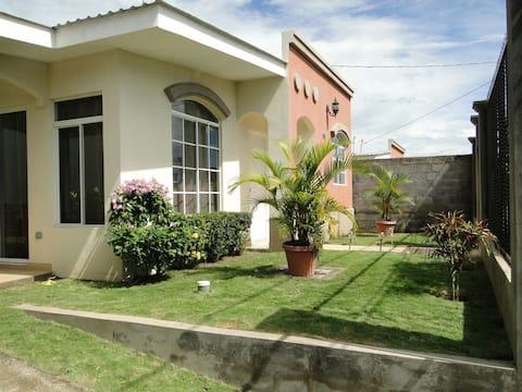 Uusi talo Gated Community/ WIFI, AC, Kaapeli-TV