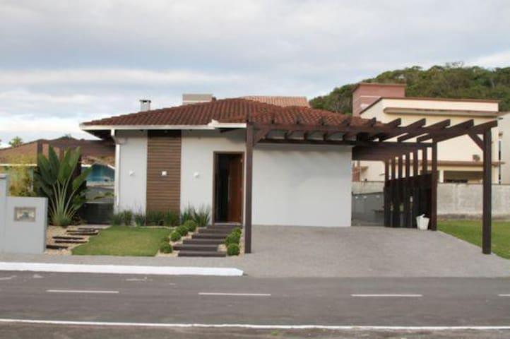 Casa com Jacuzzi em Condomínio Fechado - Joinville - Casa