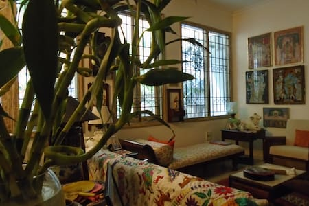 an eclectic home with books, art and a studio - New Delhi - Apartment