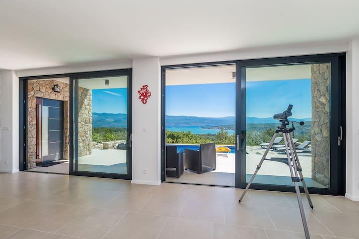 Luxurious villa with beautiful sea views