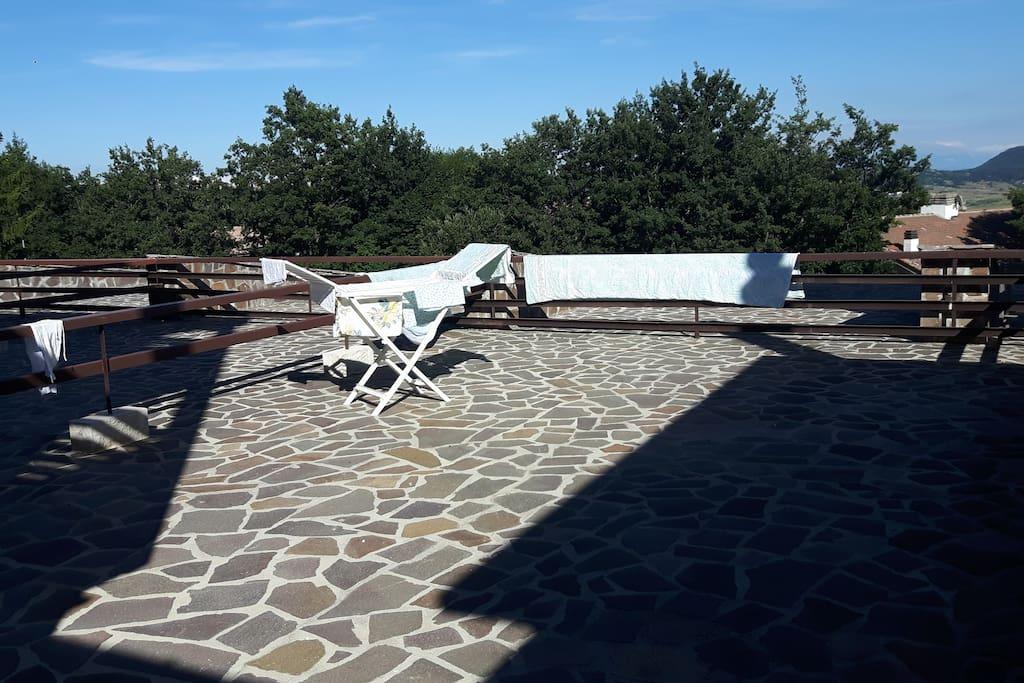 Ampio terrazzo/solarium con vista