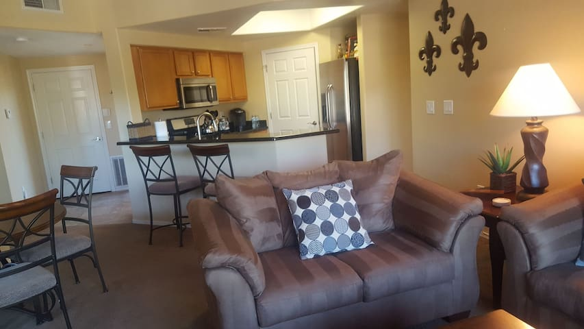 Gorgeous 2 bed / 2 bath condo in West Phoenix