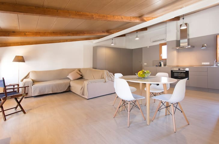 Bright Fully-Renovated Loft in the City Centre