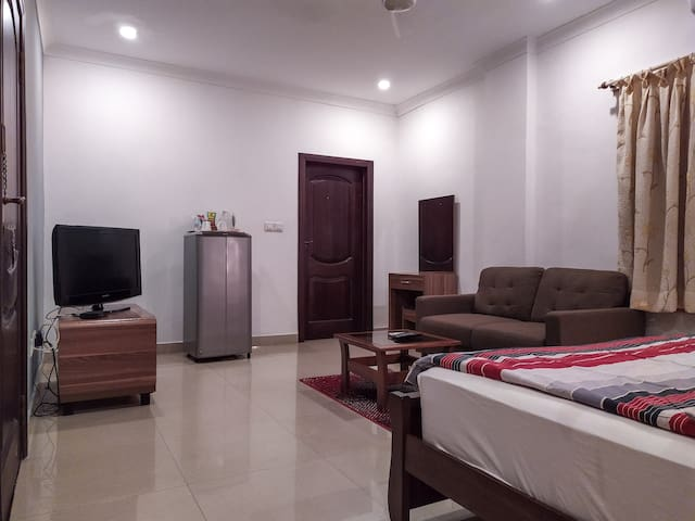 Comfortable Ensuite w/Queen Bed Airport Res. Area