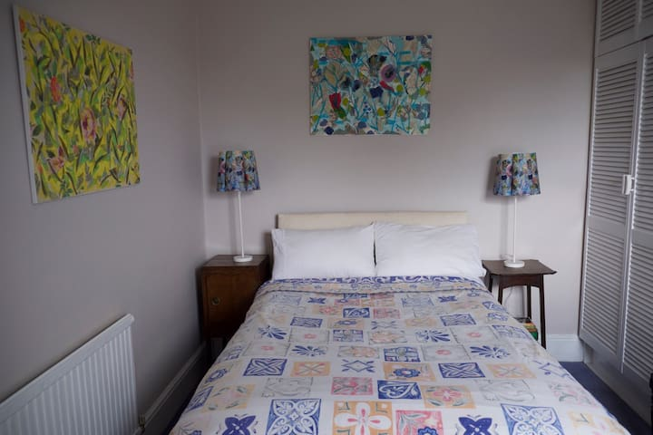 Cosy, characterful room in house on Muswell Hill