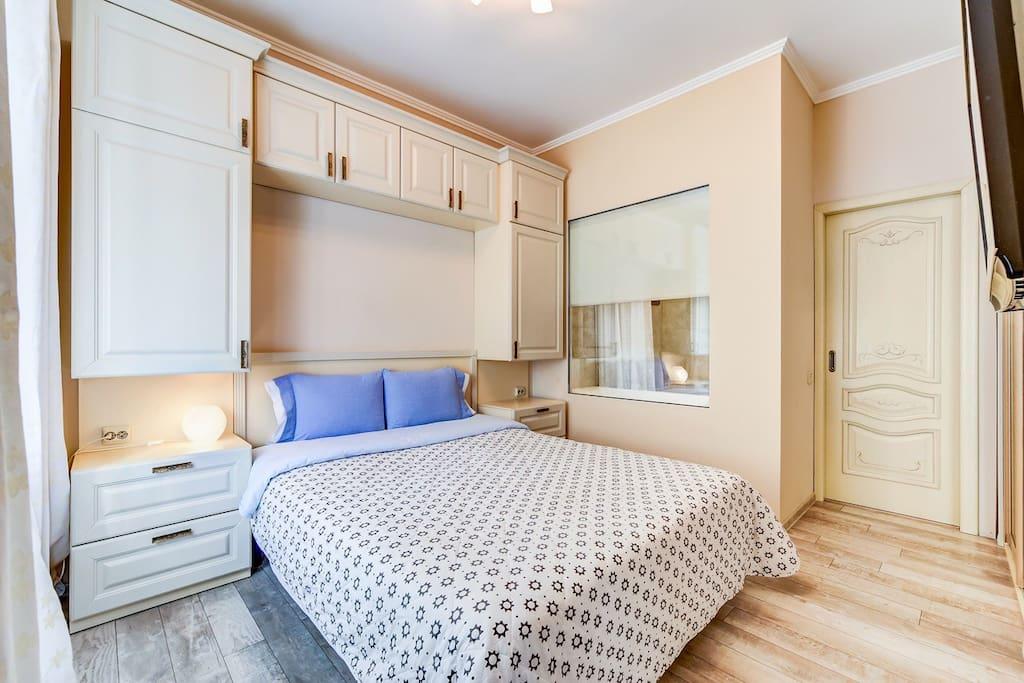 Светлая спальня с отдельным входом в просторную ванную комнату.