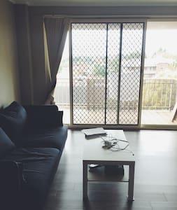 Sunny double bedroom with city view - Burwood - Квартира