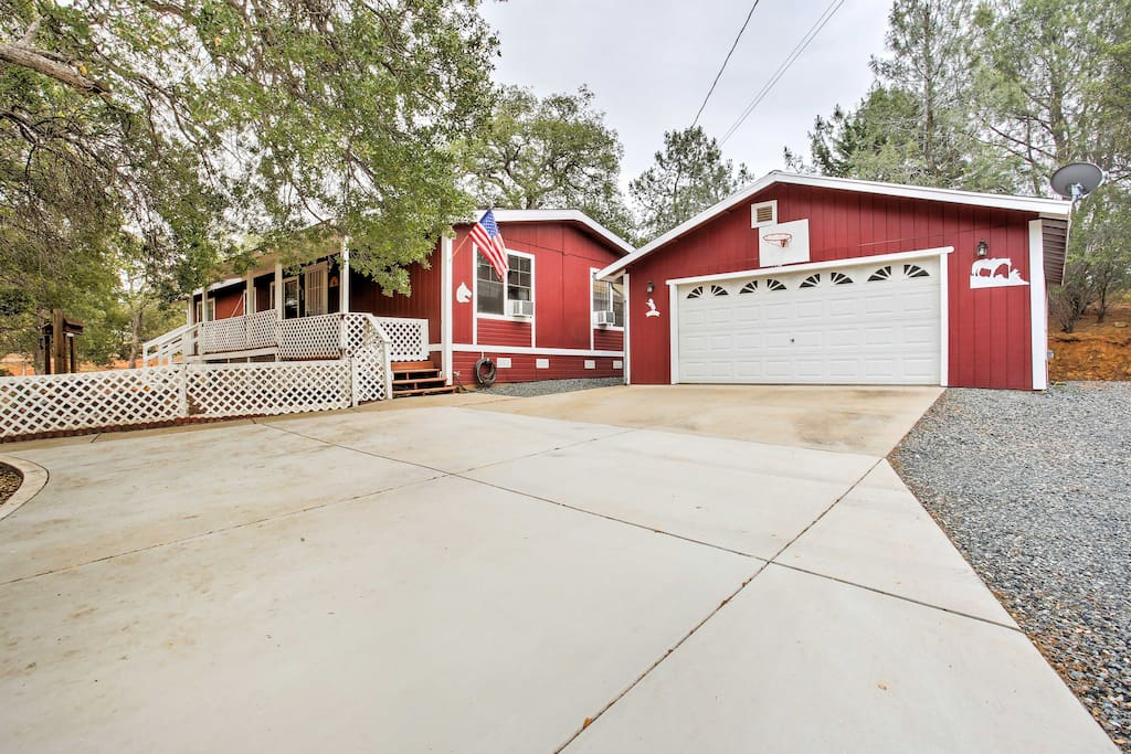 This quaint 3 bedroom, 2 bathroom vacation rental cottage in Coulterville is the ideal vacation destination for a group of 6 people who want to spend some time surrounded by nature.