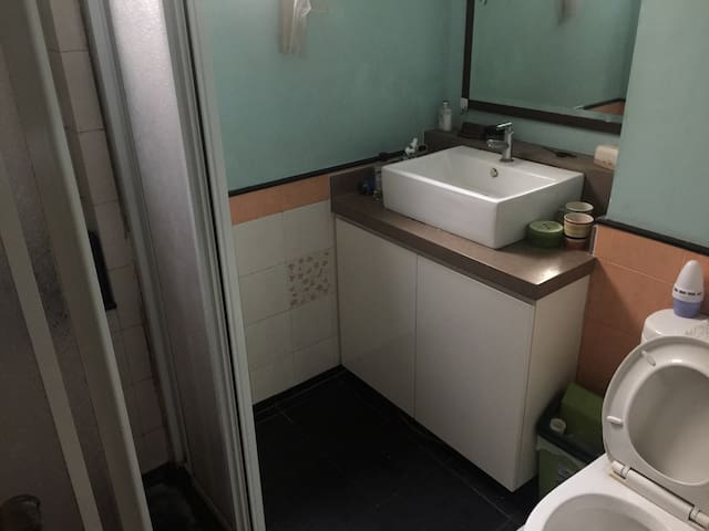Cozy single bedroom share bathroom - Singapore - Condominio