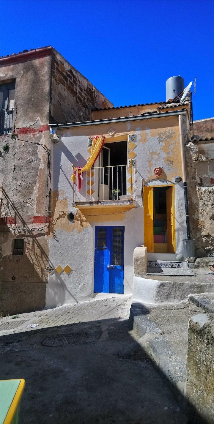 Buntes Haus in Meernähe /CASA MATTA VICINANZA MARE