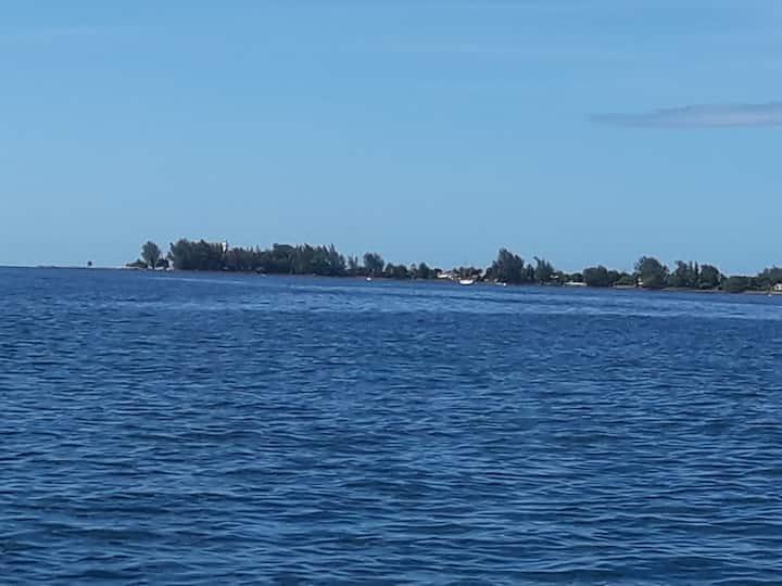 100m de la plage et du phare de la pointe Vénus