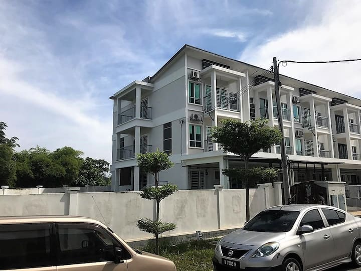 MyHomestay Raisha - Corner Lot 3-storey House