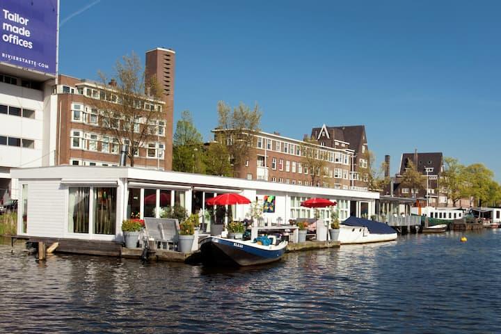 Apartamento moderno en una casa flotante en Amsterdam con terraza