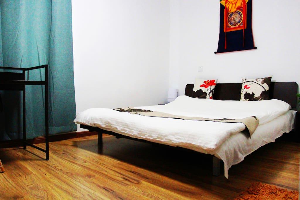 客房宽敞、明亮,大床为设计师床,现代感且非常舒适。双层床垫保证足够的温暖、柔软,床品全部为高档名牌床品。客房内的墙壁涂料是立邦环保漆、地板为高档地板,绝无任何健康隐患,像家一样安全舒适,可放心入住!