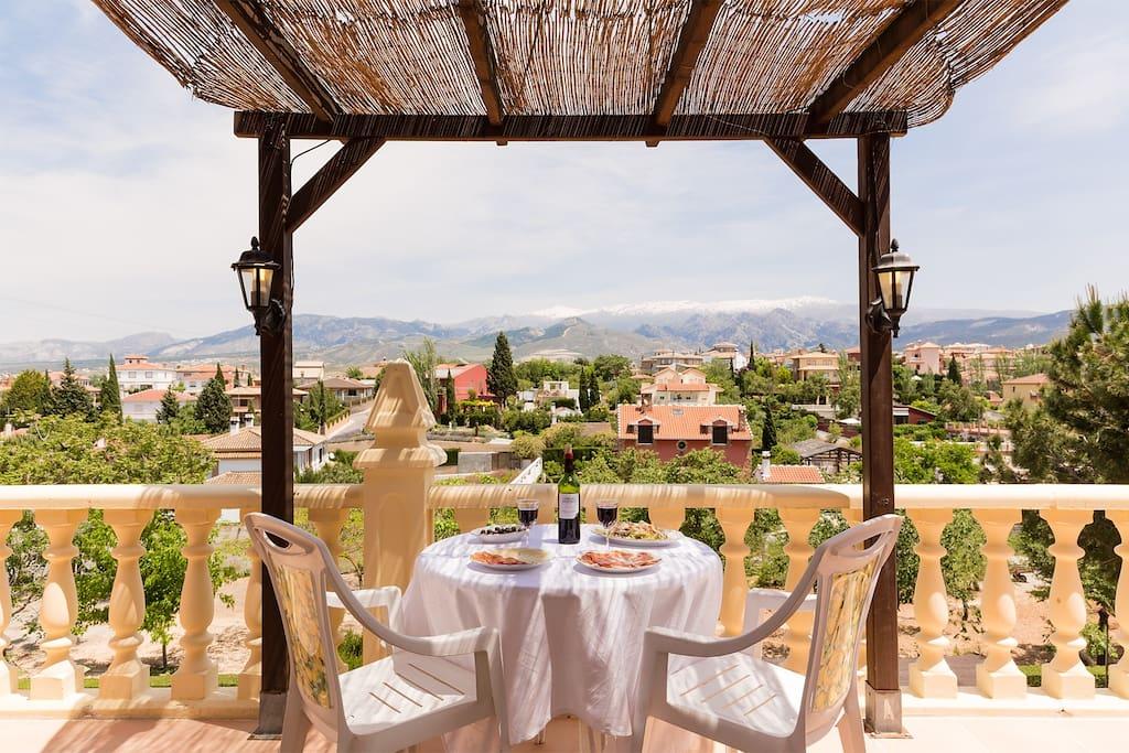 Terraza privada. Con vistas a Granada y Sierra Nevada.