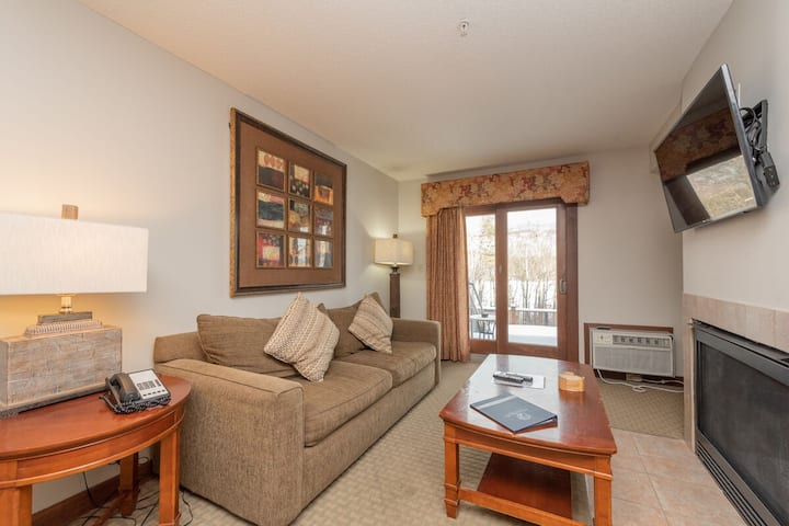A117- Lake View Suite with 1 Bedroom, Private Bathroom, Kitchenette & Keurig!