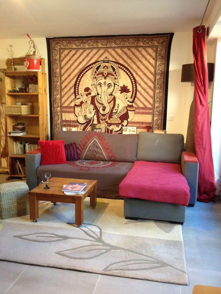 salon du studio, le canapé est convertible