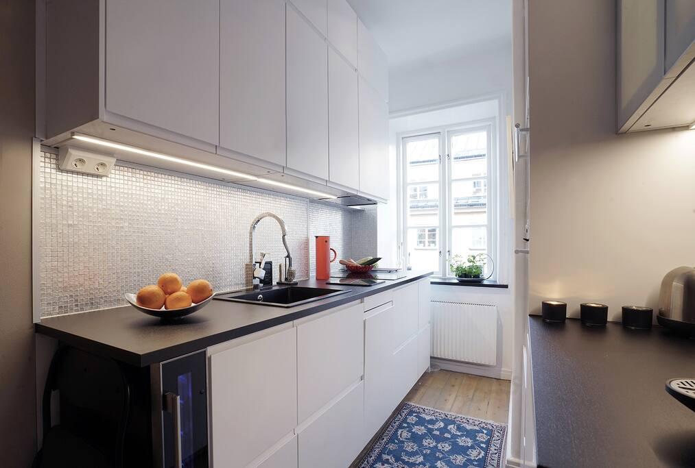 Kök med kyl/frys,diskmaskin,ugn,micro och vinkyl.