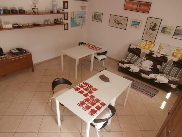 ASSETTO VARIABILE tavoli e divano