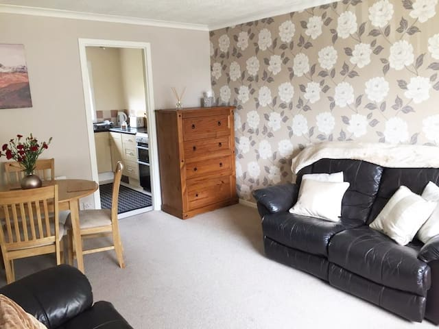2 Bedroom Ground floor flat with Free Parking/WiFi