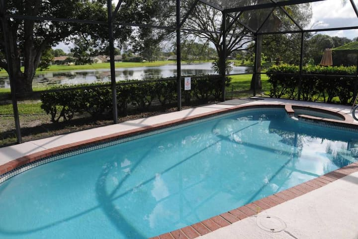 D Lake & Pool House: Near All attractions. Clean!