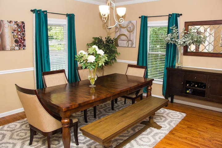 Central Downtown ATL Bungalow by Mercedes Benz!