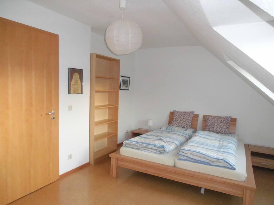 gro es helles zimmer zentral reihenh user zur miete in bielefeld nordrhein westfalen. Black Bedroom Furniture Sets. Home Design Ideas