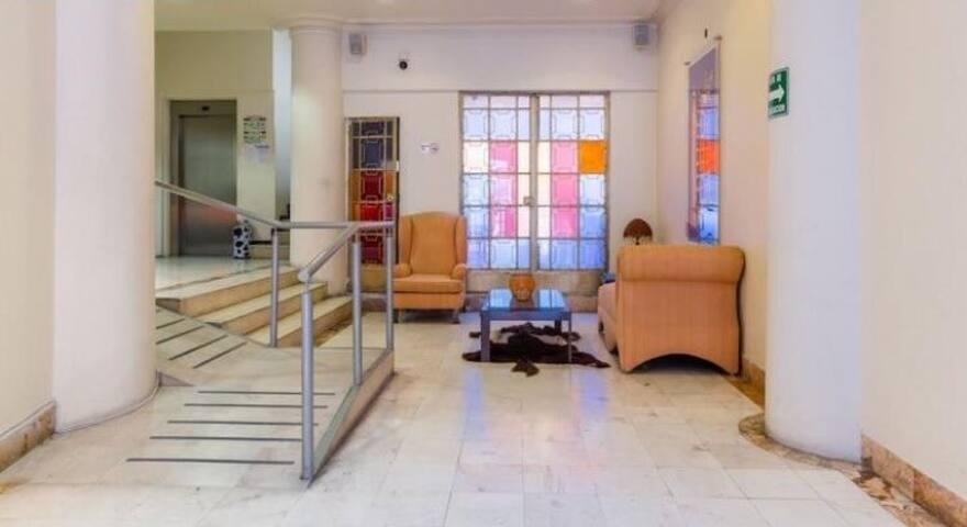 El Lobby del edificio, donde se te recibirá y se te darán las llaves