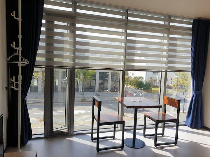 (204호) 그림같은 햇살이 가득한 통유리 방(8평형)