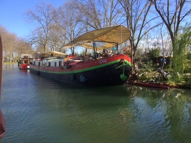 Proche de Toulouse, Péniche sur le canal du midi.