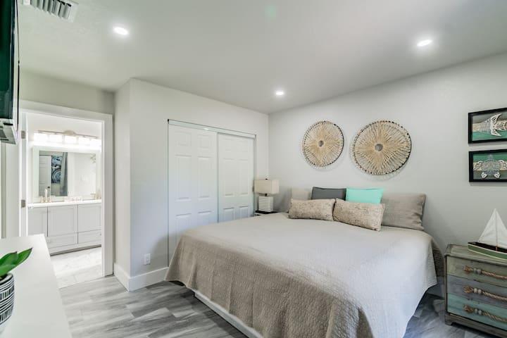 Master bedroom King- size bed w/en-suite bathroom