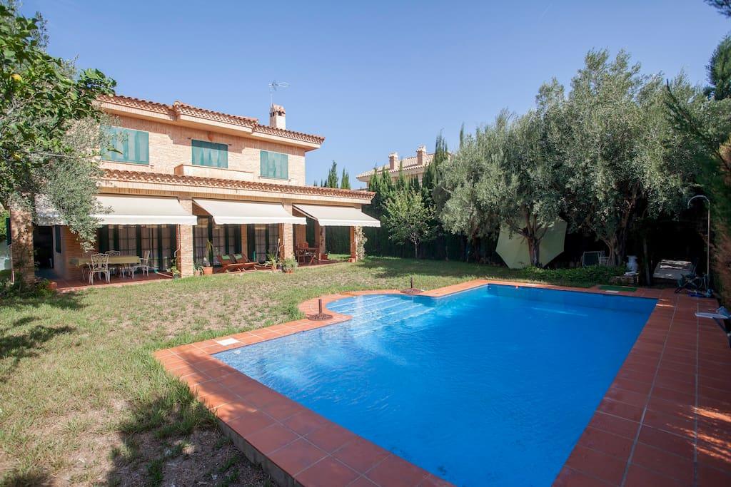 Habitaciones de chalet con gran jard n y piscina chalets for Piscina y jardin 2002 s l
