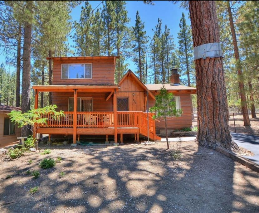 Cubby bear cabin close to slopes and village houses for Big bear village cabins