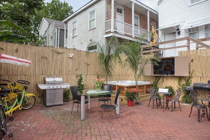 12       Mardi Gras Suite,New Orleans,Hot Tub,pets