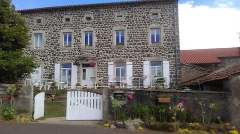 Les Ecoliers (ancienne école du village)