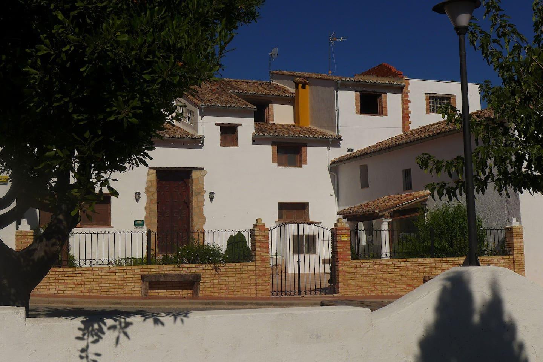 Fachada principal y patio de entrada de El Guerrero