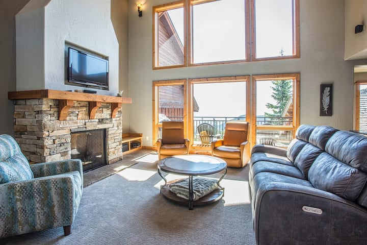 Schweitzer Mountain ski-in/ski-out townhome w/ private hot tub & lake view!