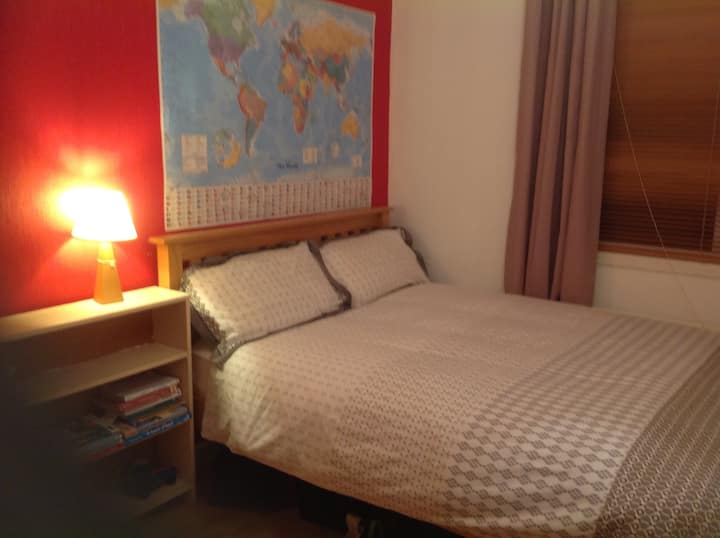 Comfortable double room in convenient city suburb