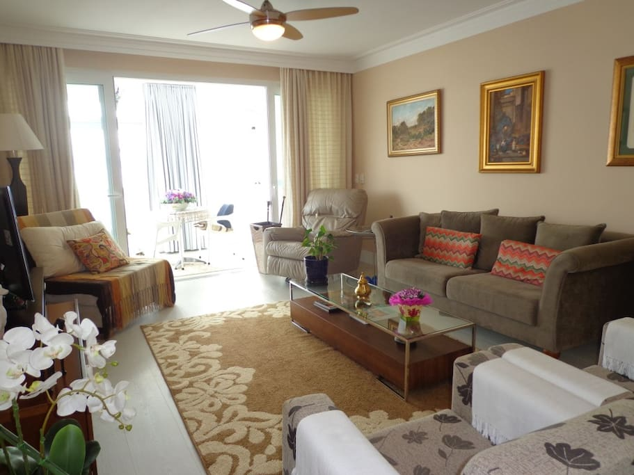 Sala de estar com dois ambientes, A/C, ventilador de teto