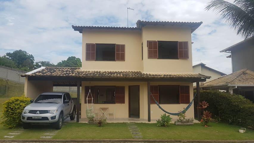 Casa confortável em condomínio fechado-Costa Azul